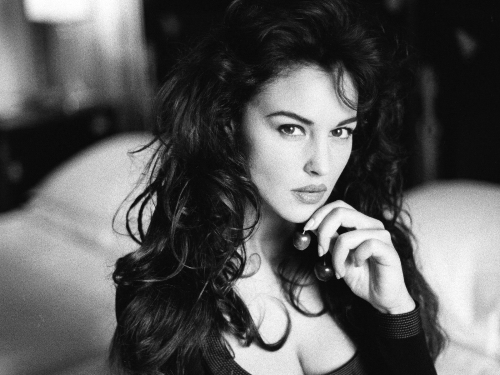black-and-white-girl-eyes-breasts-actress-monica-bellucci_mini