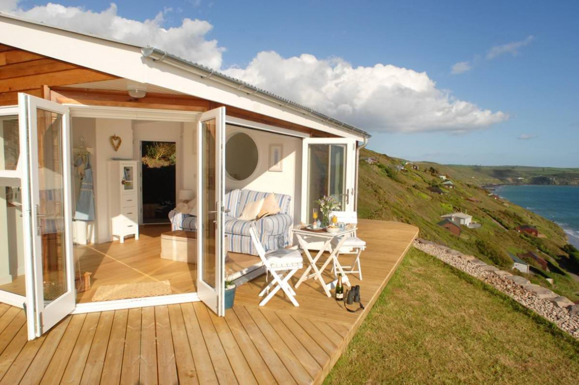 the-edge-cornwall-patio5-via-smallhousebliss_mini