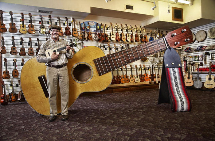 lawrence-stump-largest-ukelele_gwr160102-3_-1133_a3_2_carosello_gallery