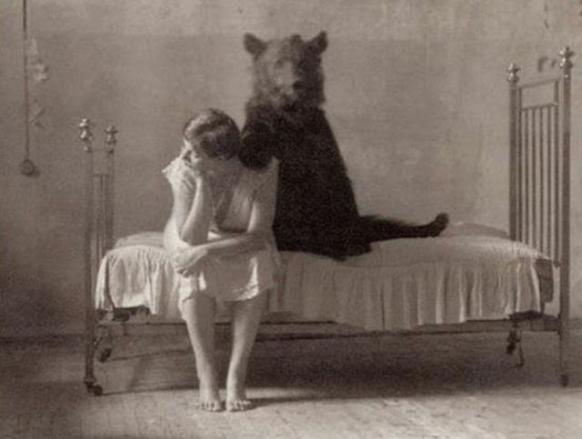 20-funny-vintage-photos-that-cant-be-explained-about-women-3