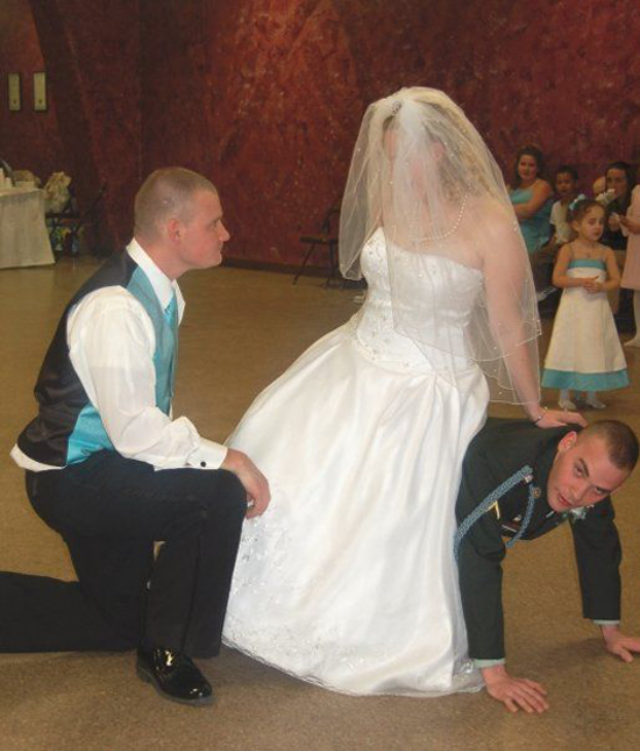 5awkward-wedding-photos-13