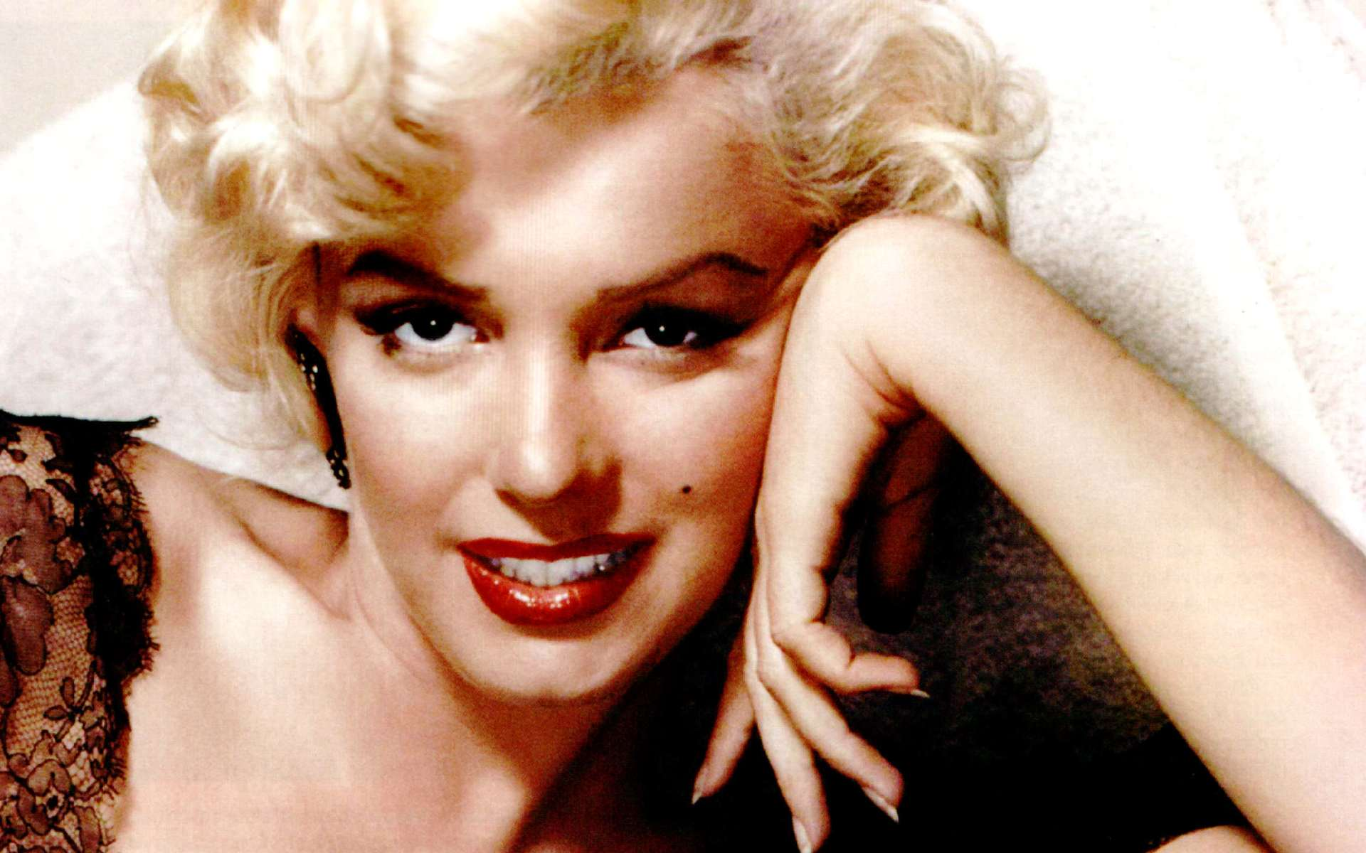 Marilyn-Monroe-Wallpaper-For-Bedroom-Walls-1