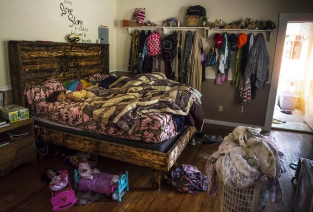59d63c7c03a56-Photographs-shows-in-contest-people-from-different-parts-of-the-USA-in-their-rooms-59d22e99ded3c__700