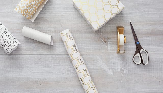 W_Dec_Holiday-Wrapping-Hacks_Bow_Article_01_1400x800
