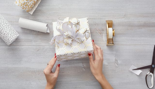W_Dec_Holiday-Wrapping-Hacks_Bow_Article_06_1400x800 (1)